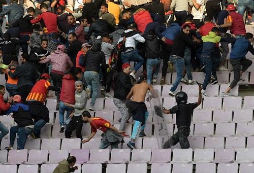 إصابة 51 شخصا وإيقاف 12 مشجعا في أحداث شغب مباراة الترجي وأغوستو برادس