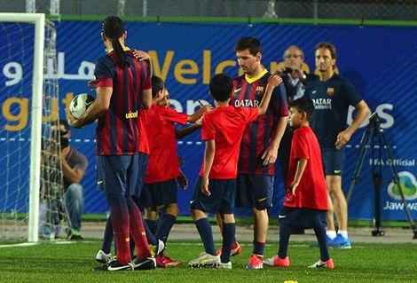 نادي برشلونة يرسل 10 كرات لأطفال قرية كفر صور الفلسطينية