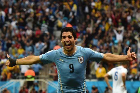 سواريز يهنئ زملائه بالفوز على المغرب