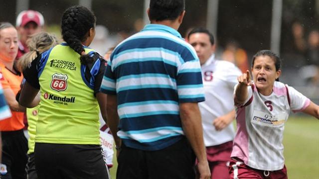 حارس كوستاريكي يُضرب من فريق نسائي