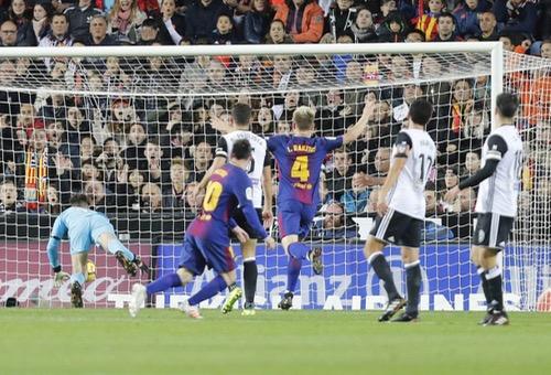"""في مباراة عرفت فضيحة تحكيمية.. برشلونة يتعادل مع """"خفافيش فلنسيا"""" في مباراة مثيرة"""