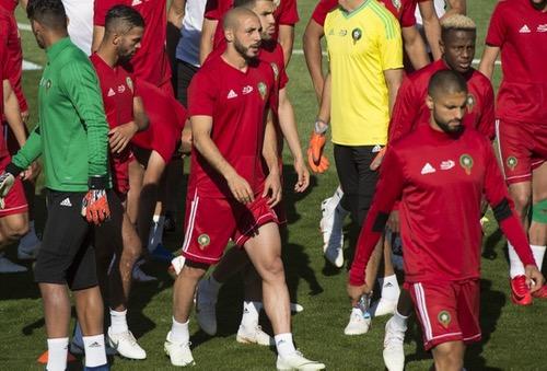 """أمرابط """"يَجْري"""" ويداعب الكرة منفردا بعيدا عن المجموعة وغيابه يتأكد عن صدام البرتغال"""