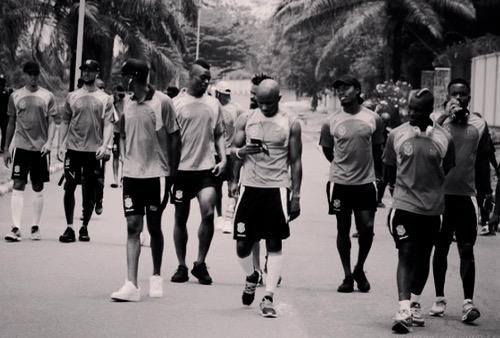 """قبل يومين من موَاجهتهم """"الأسُود"""".. لاعبُو منتخب الكونغو يخوضون إضراباً عن التّداريب!"""