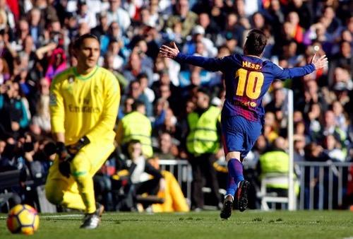 """برشلونة يقسو على الريال بثلاثية في """"كلاسيكو الأرض"""" ويعزز صدارته للدوري الإسباني"""