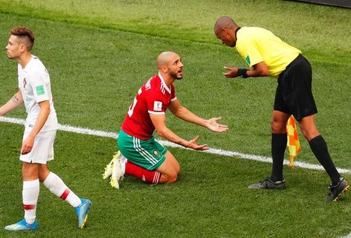 أمرابط منتقدا التحكيم أمام البرتغال: الحكم كان معجبا برونالدو.. لقد طلب الحصول على قميصه!