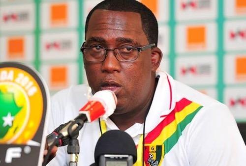 """مدرب غينيا: المُنتخب المغربي """"آلة"""".. وسنظهر بشكل مغايرٍ أمامَهم لتفادي الخُروج مبكّرا"""