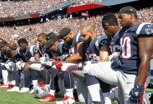"""نائب الرئيس الأمريكي ينسحب من مباراة لكرة القدم الأمريكية لـ""""عدم احترام"""" اللاعبين النشيد الوطني"""