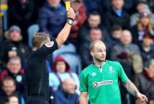 إيقاف لاعب كرة قدم إنجليزي لمدة 6 سنوات لتعمده الحصول على بطاقتين صفراوين