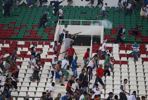 بعد إصابة 34 مشجعا و32 شرطيا.. وزارة الداخلية الجزائرية تفتح تحقيقا في شغب الملاعب