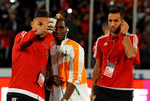 """صور """"سيلفي"""" بين لاعبي المغرب والكوت ديفوار قبل """"مباراة القمّة"""""""