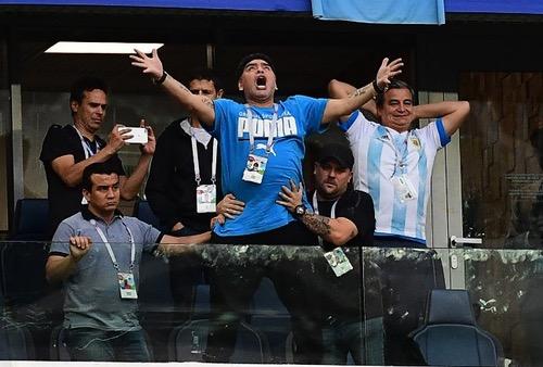 مارادونا يُطمئن جمهوره بعد تعرضه لوعكة صحية عقب لقاء الأرجنتين ونيجيريا
