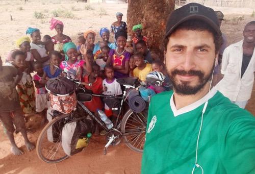 """كواليسٌ مجنونة لـ""""رجاويّ"""" يجوب إفريقيا بـ""""بّيكالا"""".. وَصل إلى غانا لتشجيع الرّجاء أمام أس دوانا"""