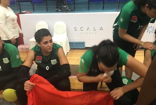 """دموع وإغماءات في صفوف """"دكاليات الطائرة"""" بعد انتصارهن على المحرق البحريني في البطولة العربية"""