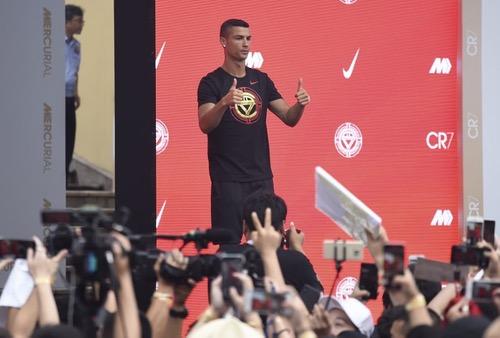 """كريستيانو رونالدو يستعرض مهاراته أمام زوار """"المدينة المحرمة"""" في الصين"""