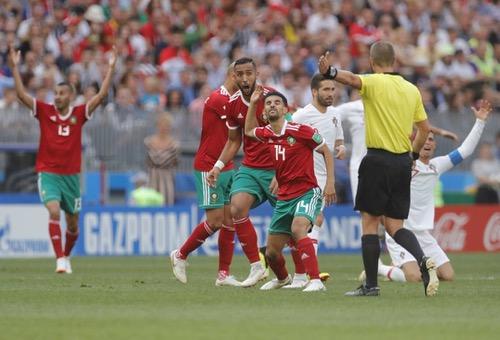 """الـ FIFA يُصدر بَلاغا: الحكم غيغر لم يطلب قميص كريستيانو.. و""""اتهامات"""" المغاربة مزعومة"""