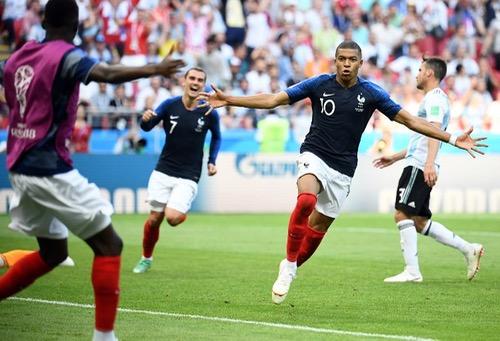 """الصحف الفرنسية تحتفي بفوز """"الديوك"""" وتبرز موهبة كيليان مبابي """"المدهشة"""""""