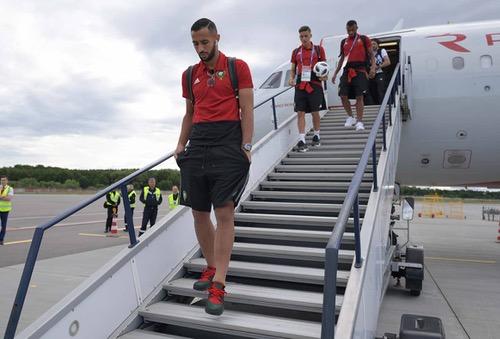 """الـ FIFA يَرفض إجراء المنتخب لحصة تدريبية بملعب """"كالينغراد"""".. وآيت بناصر يُغادر المعسكر"""