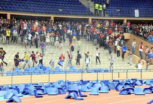 صُحف الجمعة: جمهور الرجاء يُخرّب 620 من كراسي ملعب مراكش.. والكوكب يدفع ثمنها