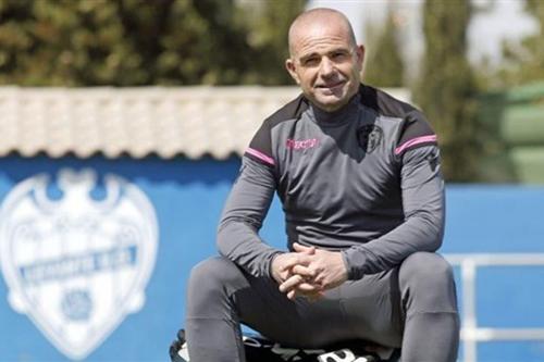 ليفانتي الإسباني يجدد عقد مدربه لوبيز حتى عام 2023