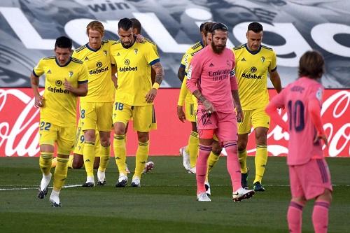 قادش يفجر مفاجأة ويسقط ريال مدريد الإسباني في عقر داره بالليغا