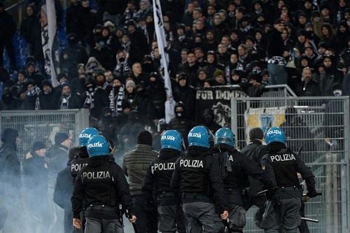 هجوم بقنابل الدخان والزجاجات على الشرطة في مباراة لاتسيو وإينتراخت فرانكفورت
