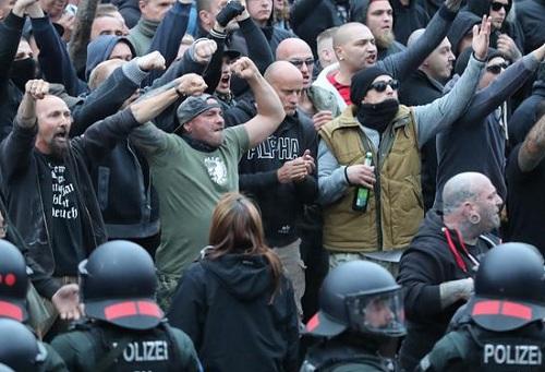 هكذا كان للهوليغانز والأولتراس دور في إذكاء التوتر العنصري في أحداث كيمنتس بألمانيا