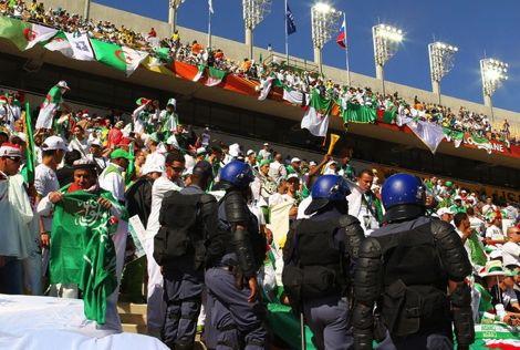 إصابة 15 شرطيا بجروح في أعمال شغب عقب مباراة كرة قدم بالجزائر