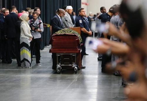 الآلاف يعربون عن تقديرهم للملاكم الراحل محمد علي كلاي كشخصية موحدة