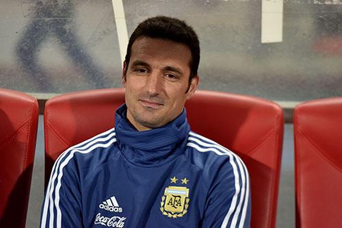 """مدرب الأرجنتين: الرياح أثرت كثيرا ولاعبو """"الأسود"""" مقاتلون"""