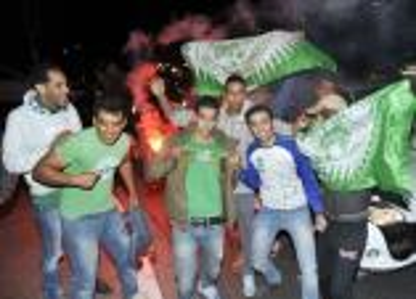 """جماهير """"النسور"""" تحتفل بفوز فريقها وتعلن استمرار تواجدها بأكادير"""