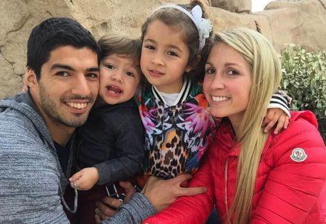 سواريز يتأخر عن تداريب برشلونة ليقضي عطلته مع زوجته وأولاده