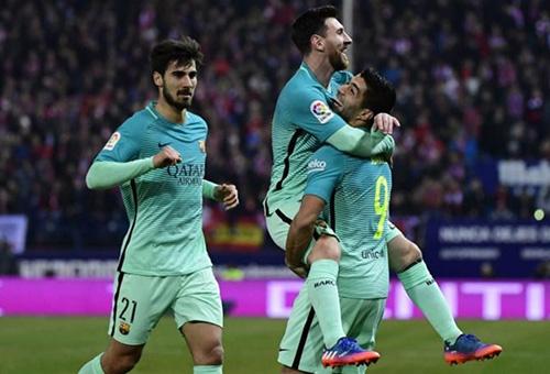 برشلونة يعبر أتلتيكو مدريد بثنائية في عقر داره ويقترب من التأهل لنهائي كأس الملك