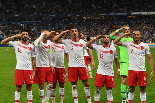 لاعبو تركيا يثيرون الجدل مجددا بتحية عسكرية خلال مباراة فرنسا