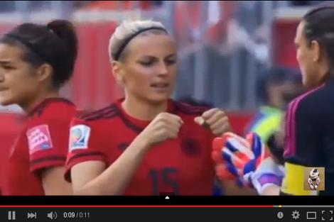 لاعبة ألمانيا تقع ضحية لموقف محرج