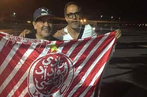 مارادونا يُحيي جماهير الوداد بحمل شعار الـ WAC