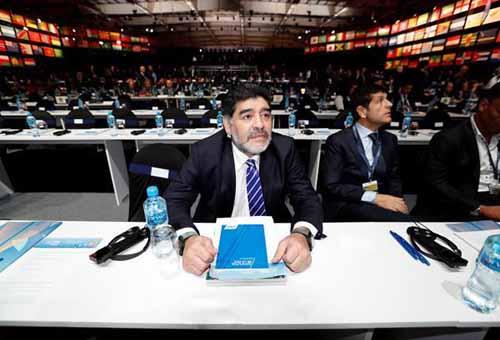 مارادونا يحصل على المواطنة الفخرية في مقر بلدية نابولي