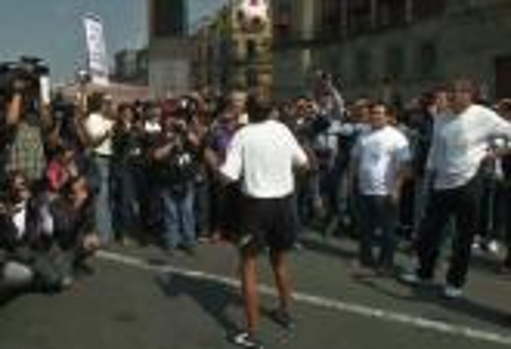 رجل ستيني يقطع ألفي كيلومتر وكرة فوق رأسه لأجل السلام في المجتمع