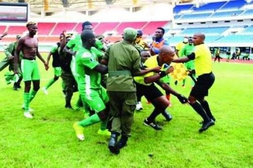 """لاعبو غورماهيا الكيني يعتدون على الحكم بعد خروجهم من كأس """"الكاف"""""""