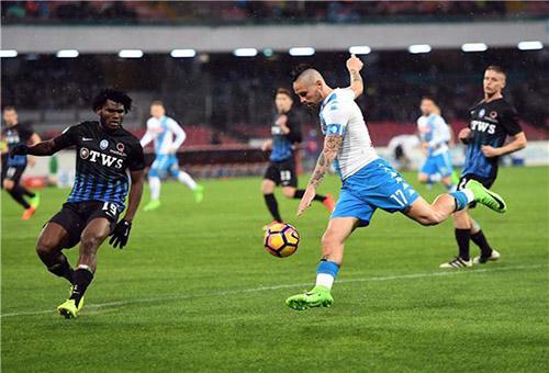 نابولي يسقط على ملعبه أمام 10 لاعبين من أتالانتا