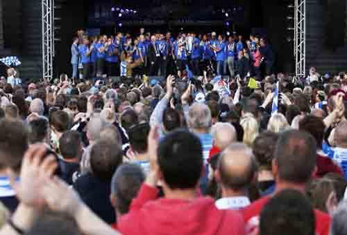 جماهير هدرسفيلد تحتفل في الشوارع بالتأهل للبريمييرليغ