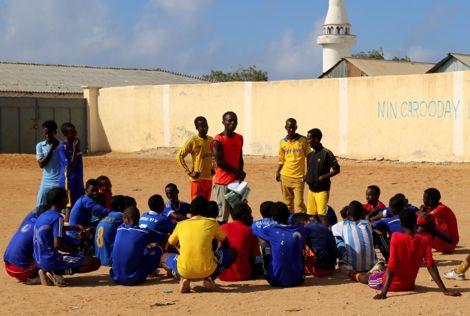 في الصومال.. أطفال يبتعدون بالكرة عن السلاح