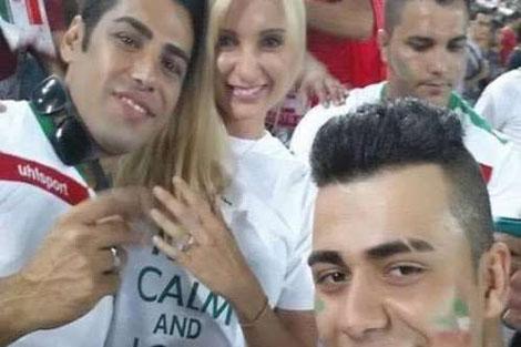 مشجع يطلب الزواج من صديقته أثناء المباراة