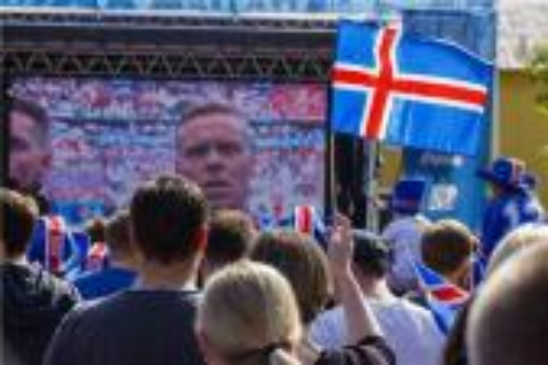 احتفالية لاعبي إيسلندا مع الجماهير