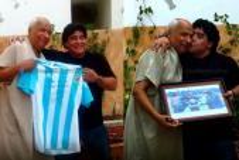 مارادونا يرد الجميل للحكم التونسي الذي احتسب له هدفا باليد قبل 29 عاما