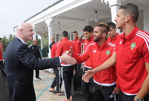 """رئيس """"الفيفا"""" يزور لاعبي المنتخب في مقر إقامتهم ويتفقد مرافق ملعب مراكش"""