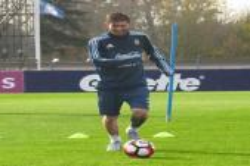 ميسي يشارك في تدريبات الأرجنتين رغم الإصابة