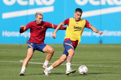 لاعبون ناشئون بتداريب برشلونة لأول مرة