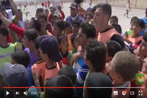 أوزيل يزور مخيم الزعتري بالأردن