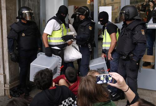 الشرطة الإسبانية تفتش طائرة غوارديولا.. والأخير يتحدى الاتحاد الإنجليزي
