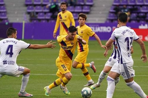 برشلونة يهزم بلد الوليد في عقر داره ويواصل مطاردة ريال مدريد في صدارة الدوري الإسباني